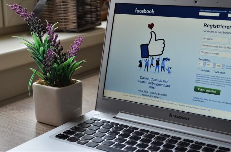Открытая страница социальной сети в ноутбуке