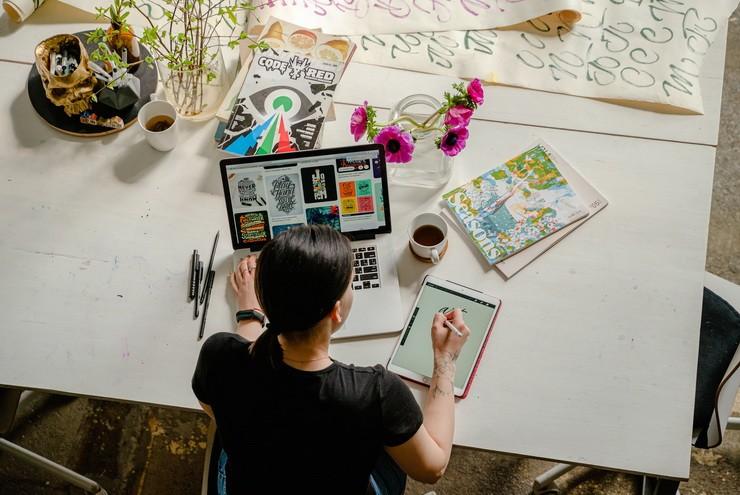 Девушка за рабочим столом с ноутбуком