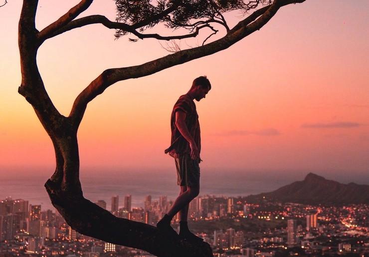 Фото человека на дереве