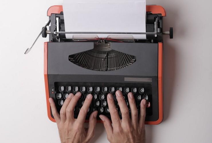 Руки на пишущей машинке