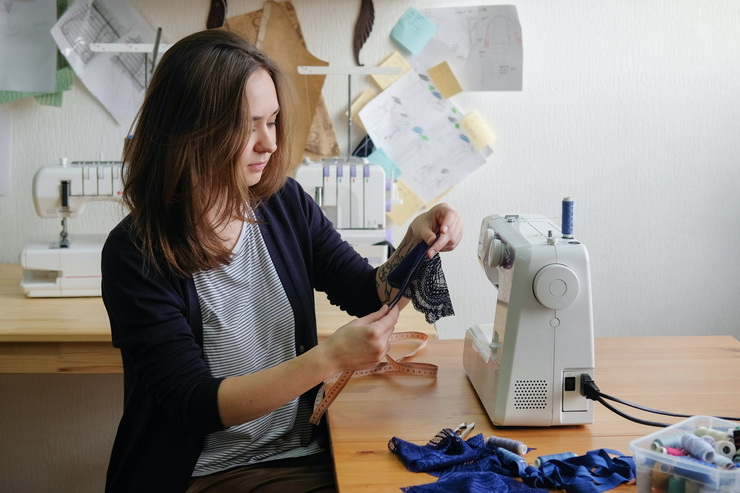 Девушка за швейной машинкой