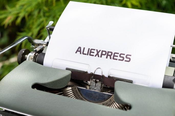 Лист в печатающей машинке с надписью Aliexpress