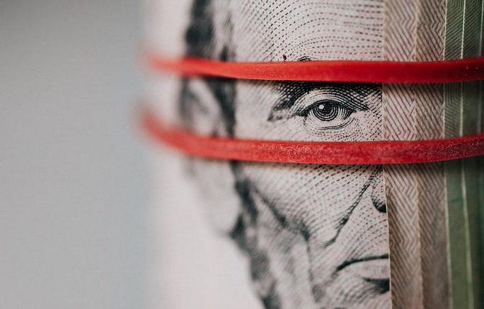Свернутая банковская банкнота