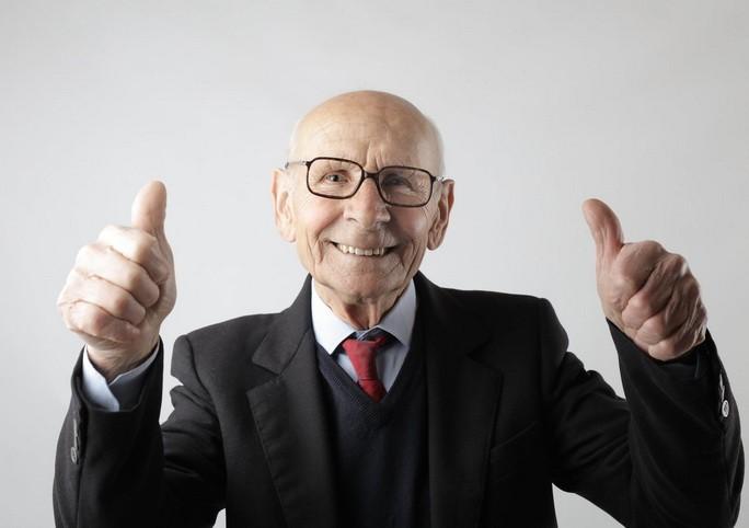 Довольный мужчина пенсионного возраста