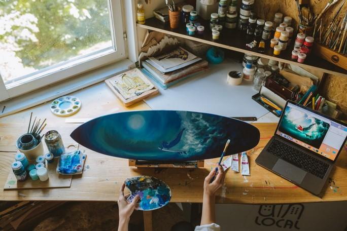 Человек создает иллюстрацию на сувенире