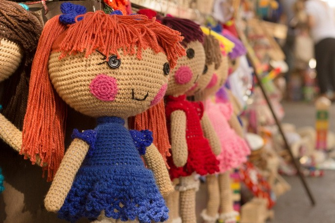 Коричневая фиолетовая красная вязаная кукла