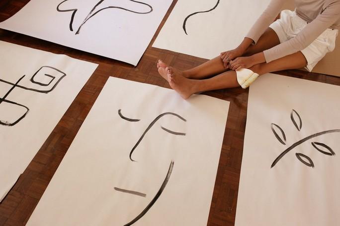 Женщина и абстрактные иллюстрации на полу