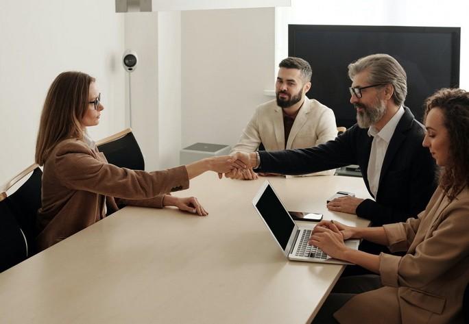 Заключение договора между деловыми людьми