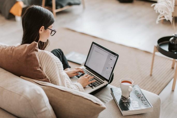 Девушка за ноутбуком печатает текст