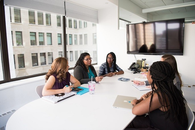 Коллективное обсуждение за офисным столом