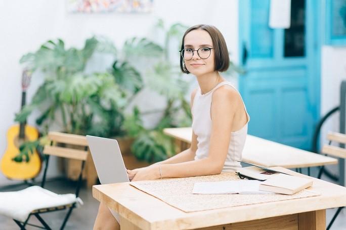 Девушка работает в кафе