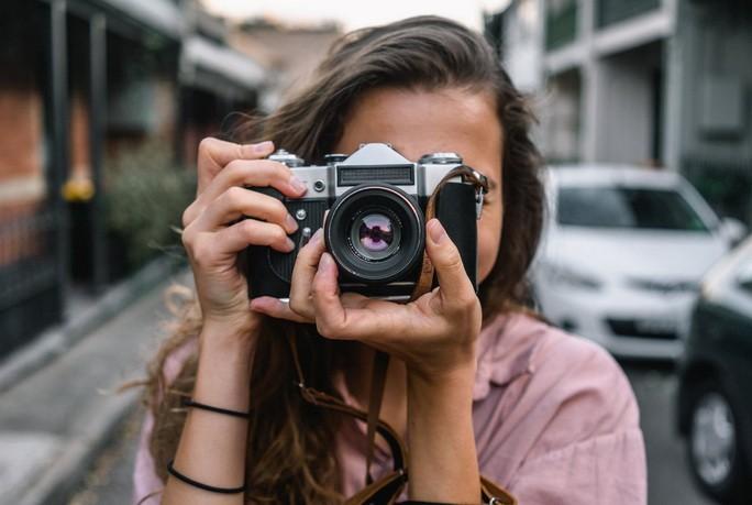 Девушка с камерой