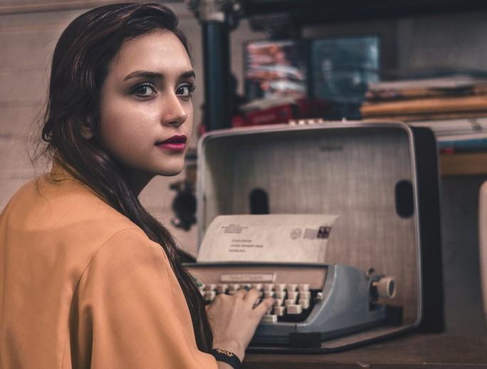 Девушка печатает на пишущей машинке