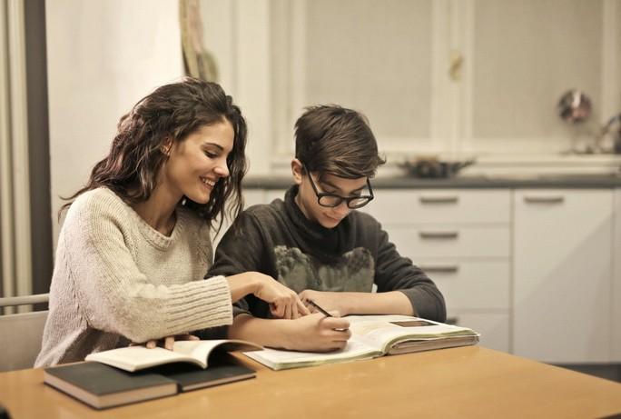 Девушка обучает мальчика