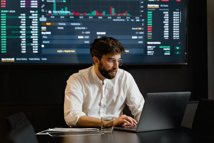 Человек за компьютером анализирует информацию