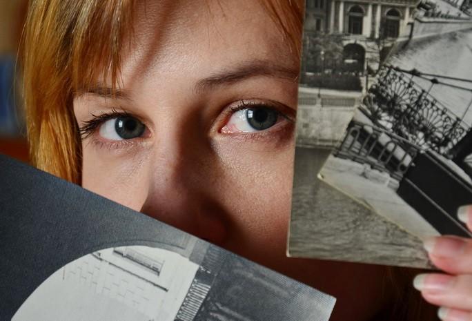 Девушка со старыми снимками